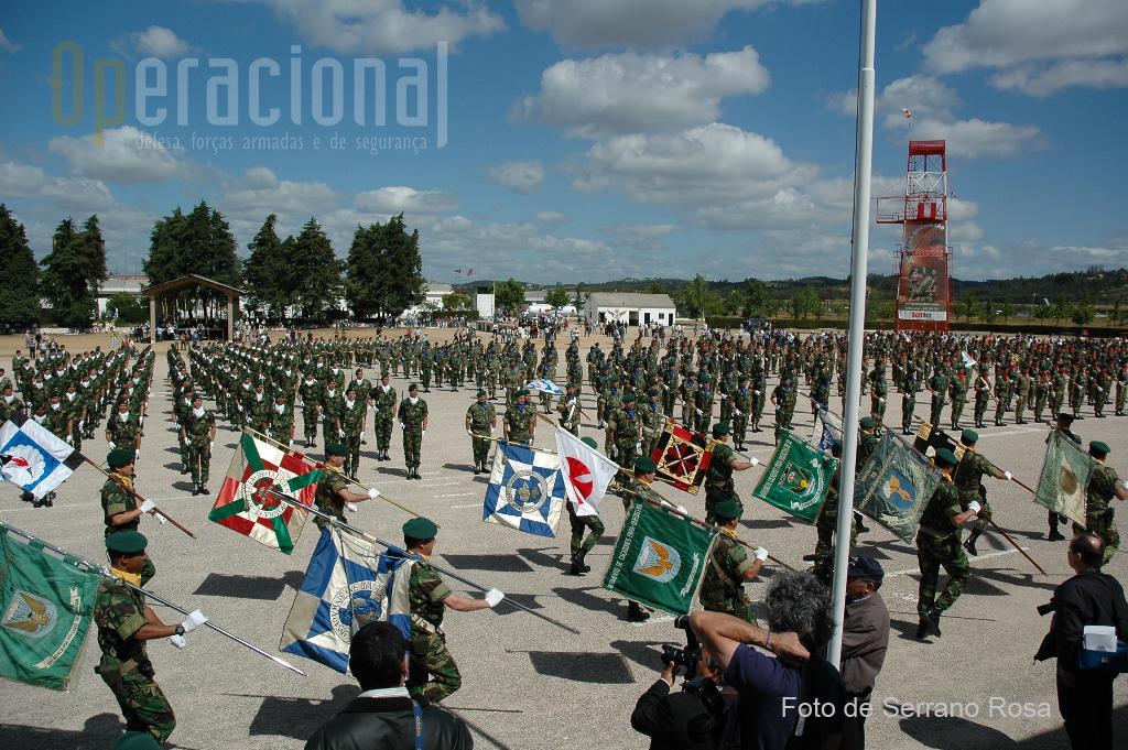 """O garbo, a devoção e o orgulho de usar a boina «verde caçador pára-quedista», continua patente no cerimonial do """"DIA DA UNIDADE"""" assinalado, ininterruptamente desde 23 de Maio de 1956. Assim, todas as vezes que se comemora o dia desta unidade de elite, é como que aplicado o prumo ao quotidiano das unidades regulares do Exército Português."""