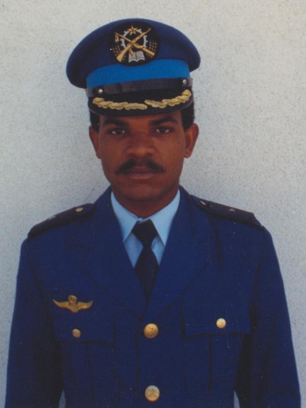 Oficial pára-quedista da FAPA-DAA em uniforme de cerimónia. (Foto de António Carmo)