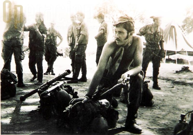 """Na Guiné em operações, o hoje Sargento-Mor Calhau, tem à sua direita o """"tubo"""" e um foguete 37mm."""