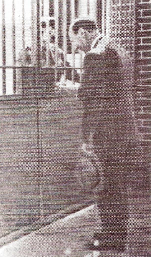 23MAI1956: o SEA, Tenente-Coronel KAÚLZA OLIVEIRA DE ARRIAGA procede à abertura simbólica do portão do BCP. (Foto Arquivo ETP)