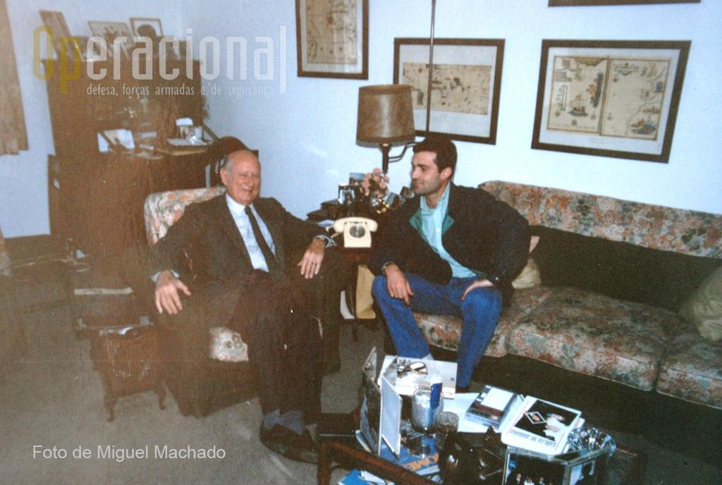 1989: o autor com o General Kaúlza de Arriaga na sua residência privada em Lisboa. O momento regista uma das muitas audiências concedidas para esclarecer inúmeros temas relativos à história das Tropas Pára-quedistas Portuguesas.