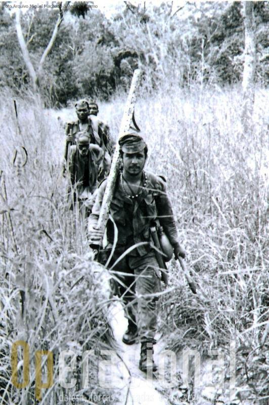 Em Moçambique este pára-quedista transporta um foguete na mão pronto a ser introduzido na arma