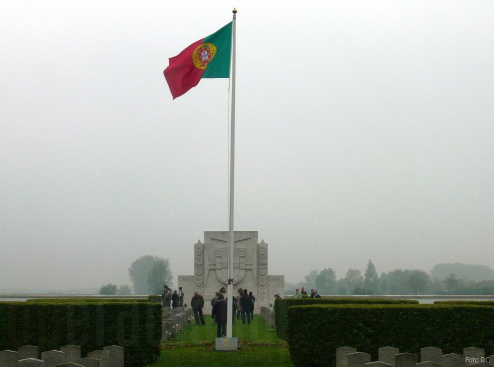 """Anualmente no Cemitério Militar Português de Richebourg são homenageados todos aqueles que """"deram a vida"""" e participaram na 1ª Guerra Mundial."""
