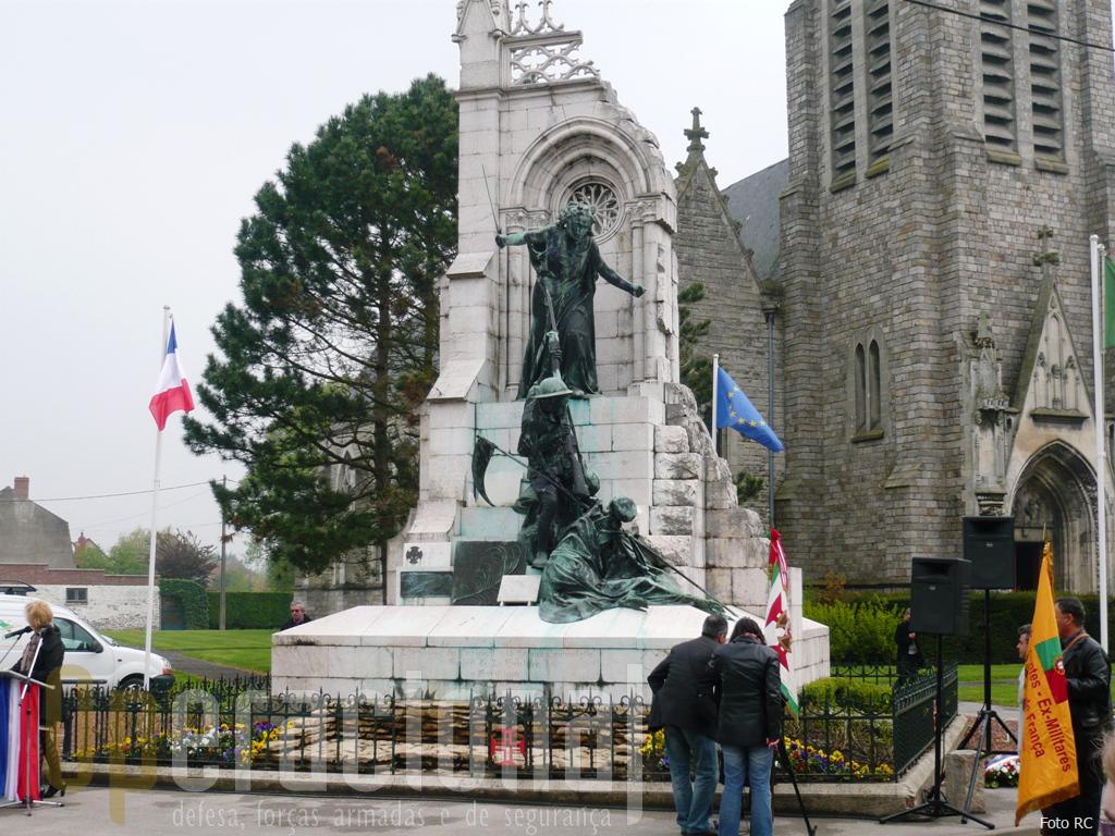 18ABR09/Monumento de La Couture: inaugurado solenemente em 10NOV1928, este monumento é uma justa homenagem aos «SOLDADOS PORTUGUESES».