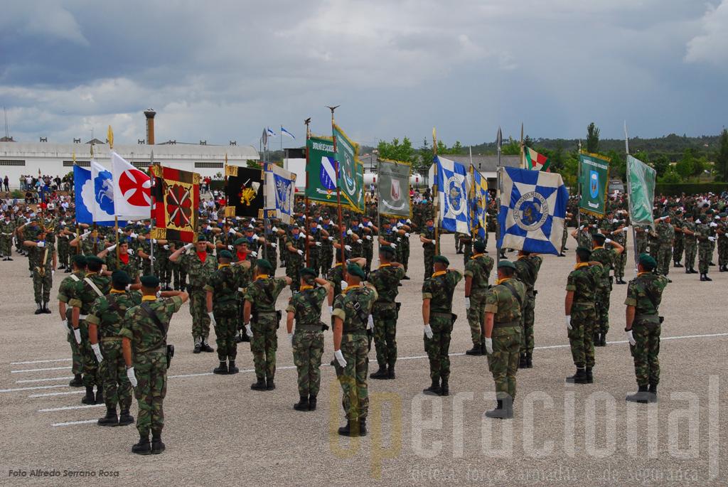 Os guões das antigas unidades das Tropas Pára-quedistas têm honras especiais na cerimónia mostrando bem que ali há orgulho e respeito pelo passado