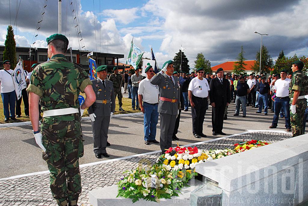 Bem cedo as Associações de Pára-quedistas, recordam os caídos nos teatros de operações africanos frente ao Monumento aos Mortos em Combate