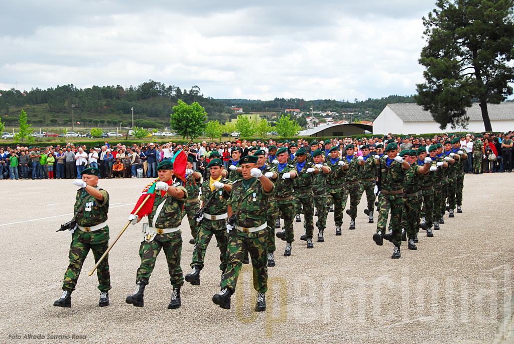 """A parada """"Mota da Costa"""", onde se está a iniciar a cerimónia militar, com a chegada do Estandarte Nacional."""