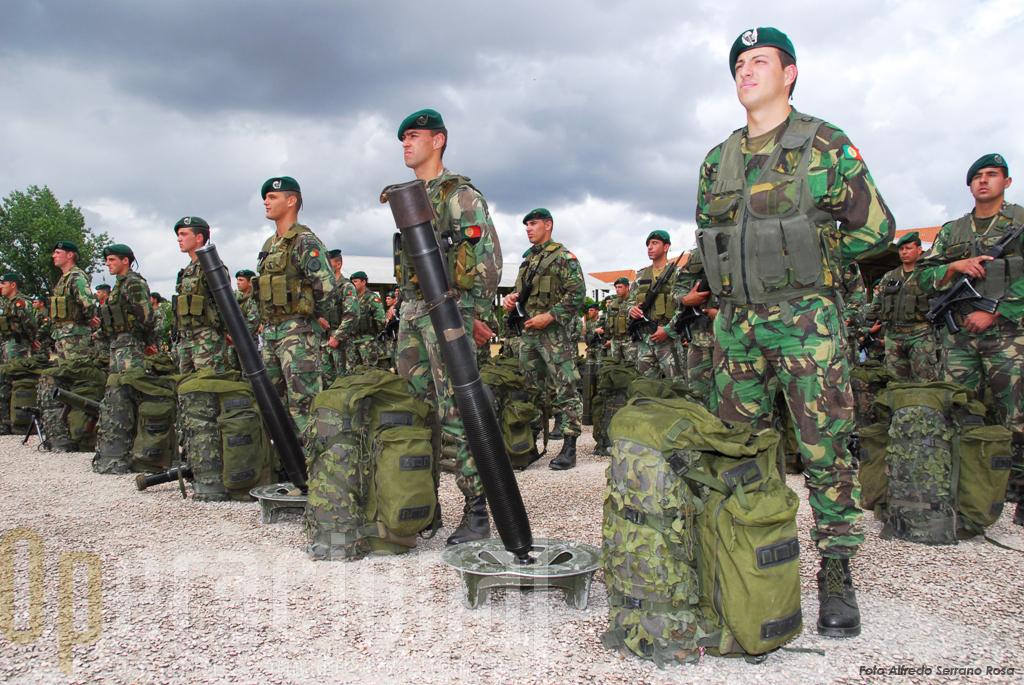 Parte do efectivo da Brigada de Reacção Rápida presente na cerimónia, como é tradição, estava armado e equipado para combate.