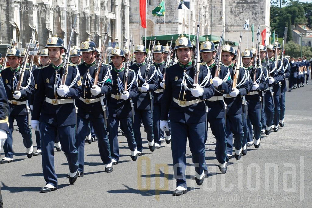 A Guarda está organizada hierarquicamente e os militares dos seus quadros permanente estão sujeitos à condição militar.