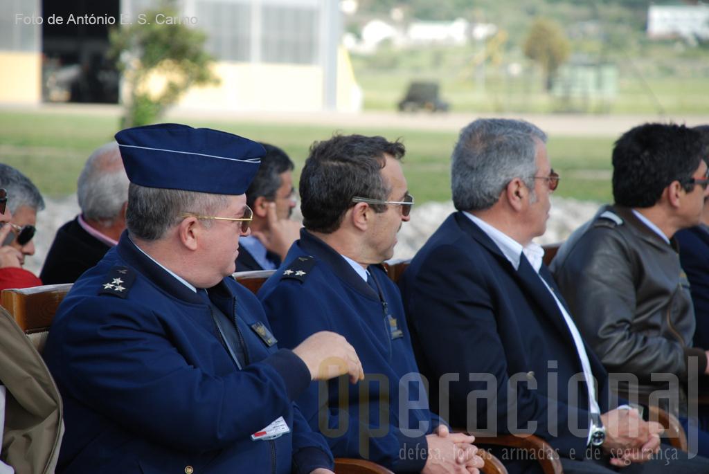 O Comandante do COFA, Tenente-General José Pessoa, e o Comandante da AFA, Major-General Serôdio Fernandes, entre outros, seguem atentamente o evoluir das manobras das patrulhas acrobáticas.