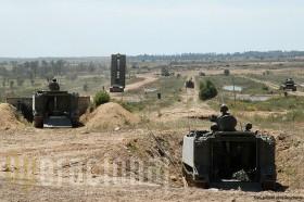Exercicio em Santa Margarida, notando-se bem as rampas dos M-113 em primeiro plano abertas. A infantaria abandona-o para combater contando com o apoio da arma pesada da viatura.