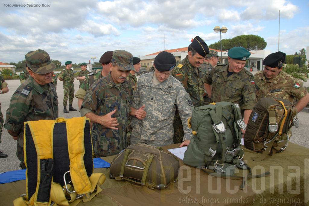 Militares de países amigos toma contactos com os equipamentos das Tropas Pára-quedistas Portuguesas