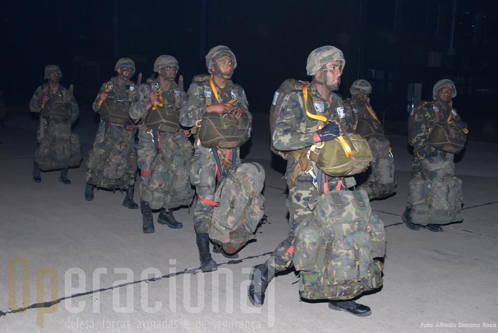 """Um pelotão da Brigada Pára-quedista do Exército Espanhol também saltou no """"Apolo 09""""."""