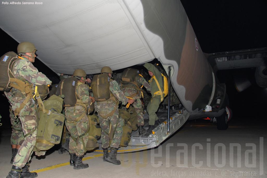 """Mais de 400 militares saltaram na noite de 24 para 25 de Junho, no Campo de Tiro de Alcochete, a partir de Hercules C-130 da """"501"""""""