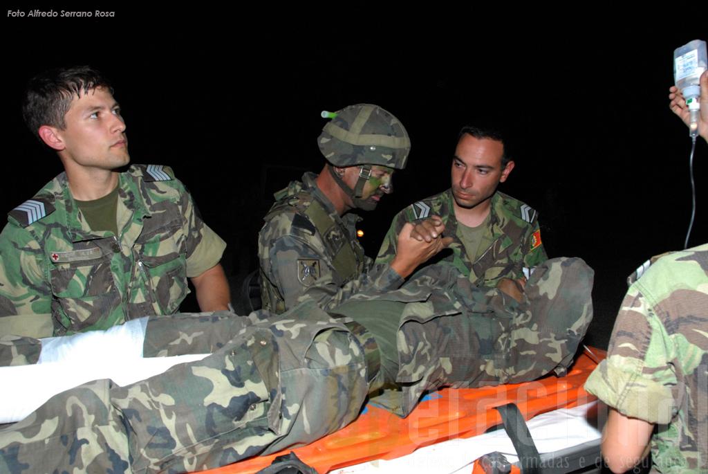 Um militar espanhol a ser assitido por ter efectuado uma fractura. Os saltos em pára-quedas, todos os pára-quedistas o sabem bem, mesmo em treino, são a sério.