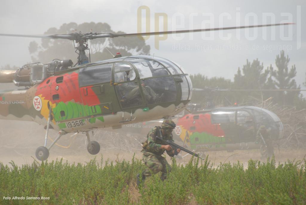 """Os ALIII da """"552"""" efectuam um helitransporte de elementos do Batalhão de Comandos"""