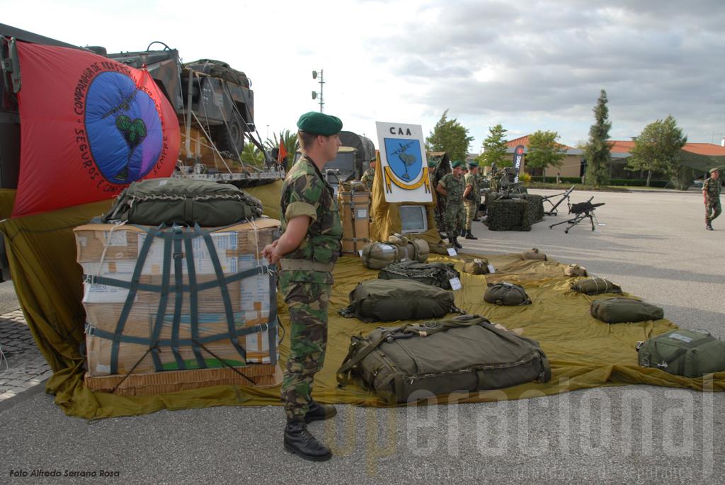 """O """"lançamento de cargas"""" do Batalhão de Apoio Aeroterrestre da Escola de Tropas Pára-quedistas é uma valência única em Portugal, de grande utilidade quer em guerra quer em situações de catástrofe natural. Hoje em dia no Afeganistão, muitas unidades da NATO são abastecidas por esta via."""
