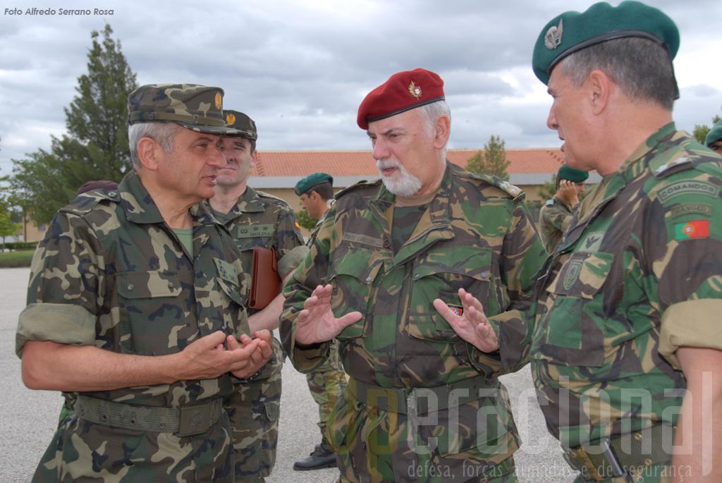 Os chefes máximos dos exércitos de Portugal e de Espanha visitaram o exercicio. Na imagem o comandante da BrigRR, MGen Raul Cunha, acompanha o CEME, Gen. Pinto Ramalho (ao centro) e o Gen. Fulgencio Coll Bucher