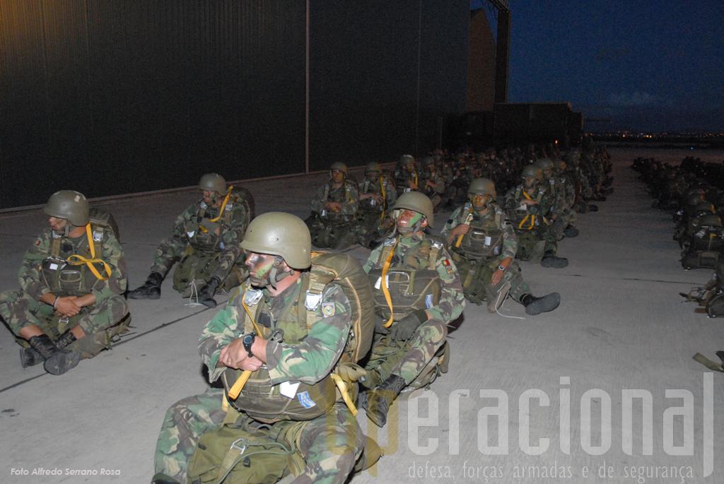 Na placa do Montijo o 2º batalhão de pára-quedistas, pronto, aguarda a sua hora de embarcar