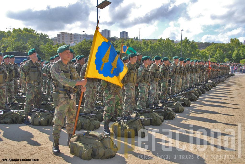 Guião do 2BPara. Esta foi a primeira unidade do Exército a ser empenhada na Bósnia e em Timor e já cumpriu outras missões no Kosovo e no Afeganistão.