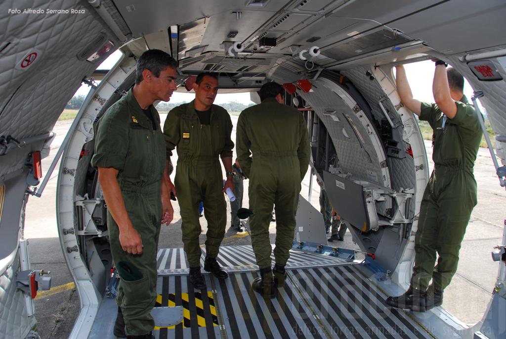 O compartimento de carga desta aeronave e bem assim como as dimensões das portas são bem mais generosas que as do C-212