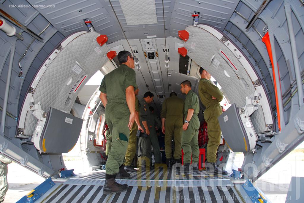 O C-295, à semelhança do C-130, está equipado com dois cabos de enganchar, permitindo o salto pelas duas portas laterais.