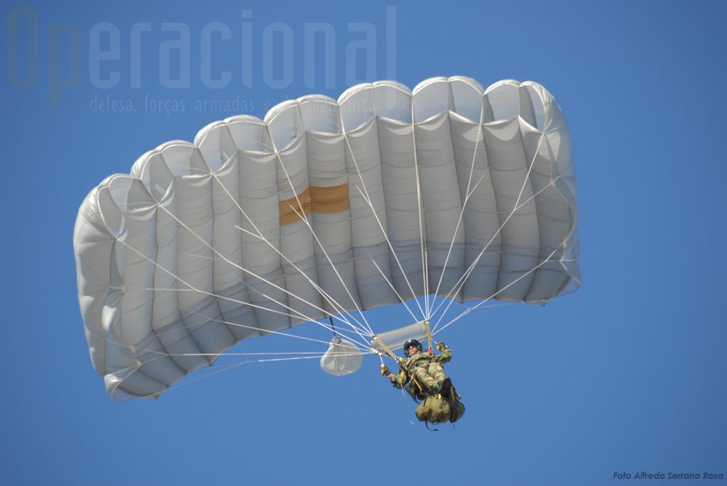 Para encerrar este evento em Setúbal realizaram-se saltos em pára-quedas de abertura manual. Na imagem um SOGA (saltador operacional a grande altitude), da Companhia de Precursores.