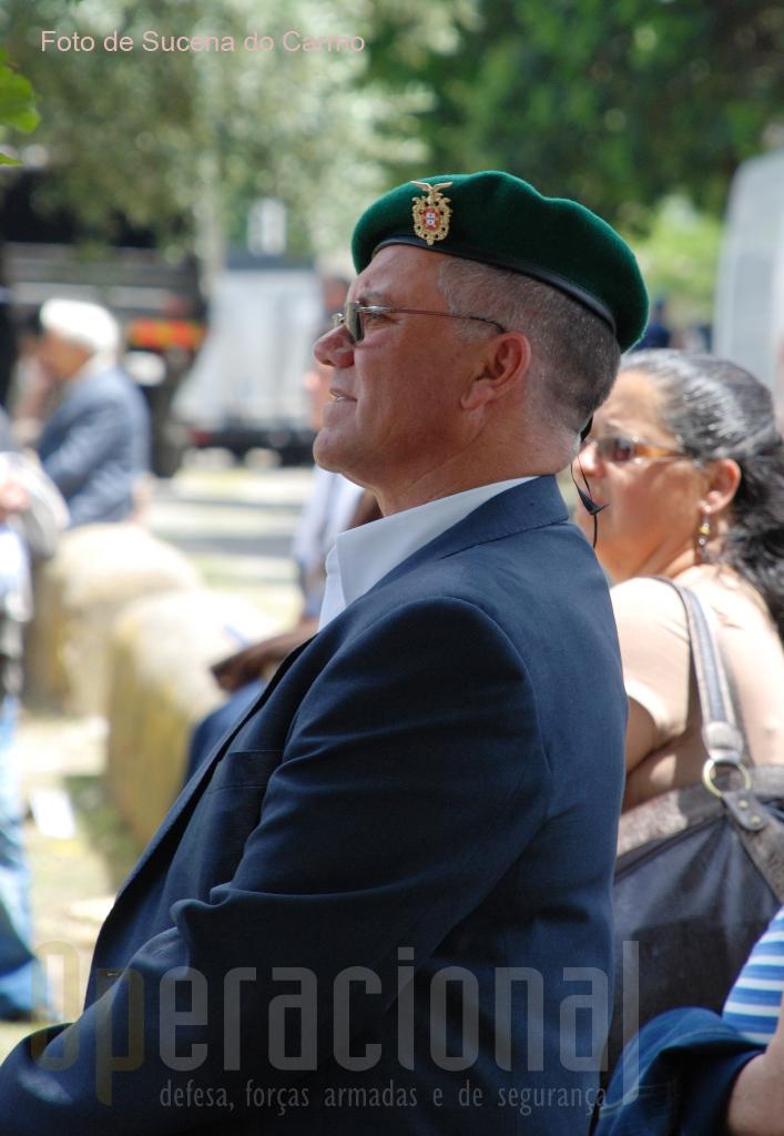 A atenção do veterano militar pára-quedista.