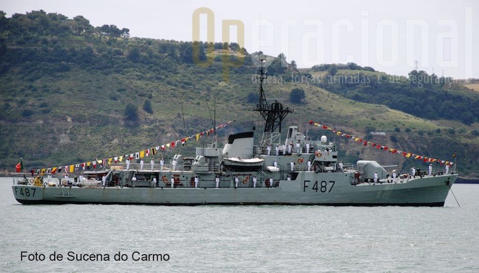 """A corveta da classe """"Baptista de Andrade"""", NRP """"JOÃO ROBY"""",fundeada no Rio Tejo, realizou uma salva de tiros em «homenagem aos mortos pela Pátria»."""