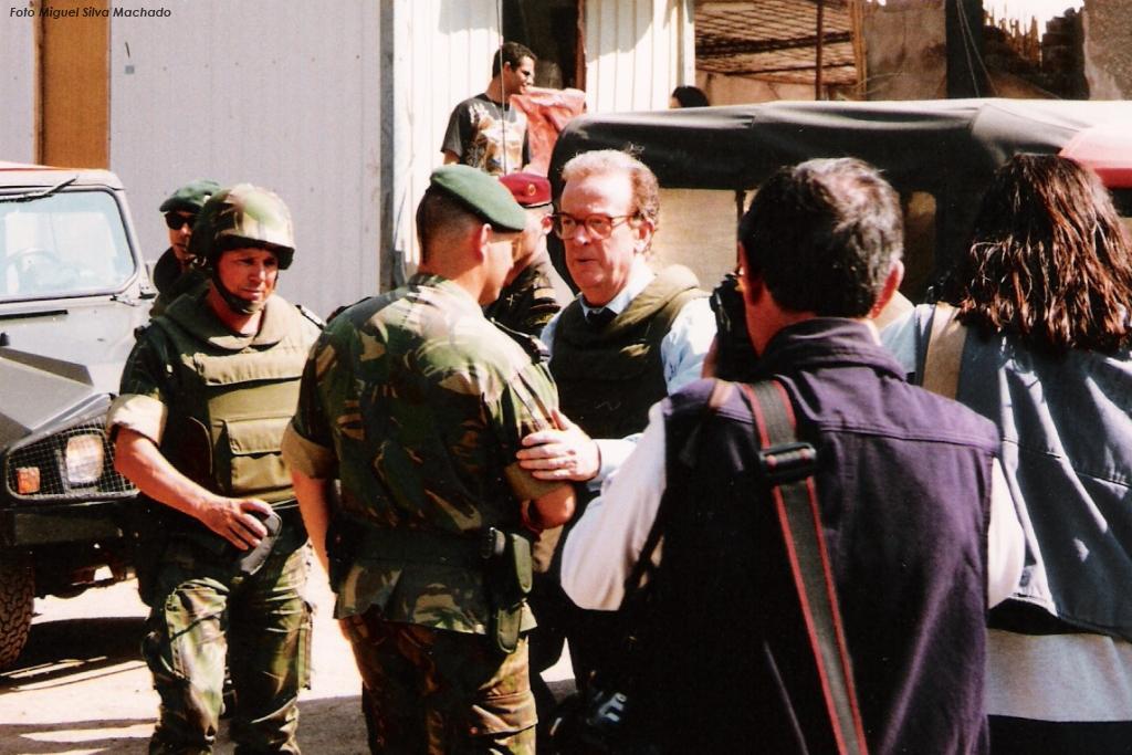 Jorge Sampaio com um estilo diferente de Cavaco Silva, não deixou de acompanhar de perto a actividade das Forças Armadas. Aqui na Bósnia-Herzegovina em Junho de 1996.