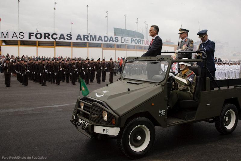 O Presidente da República, Cavaco Silva, passa revista acompanhado pelo Comandante das Forças em Parada e o seu (do PR) Ajudante-de-Campo