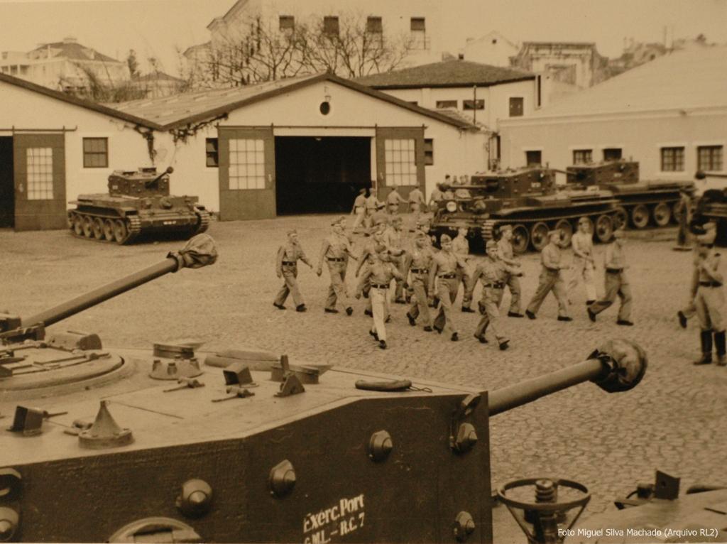 """Carros de combate """"Valentine"""" do Regimento de Cavalaria 7. Durante anos esta foi uma das mais poderosas unidades do Exéricto."""