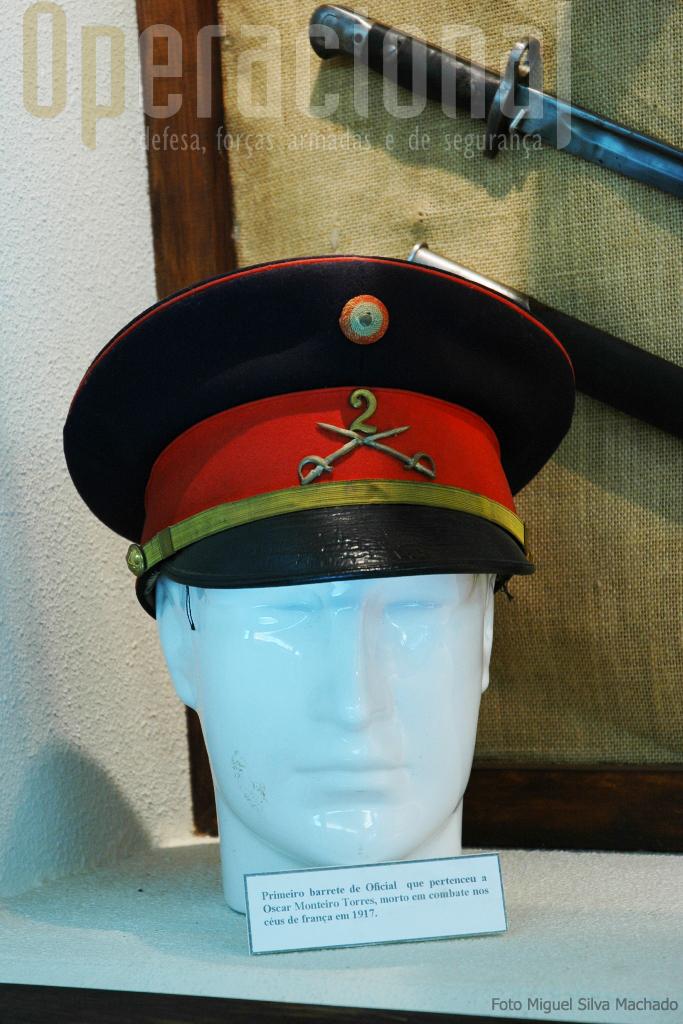 O barrete que pertenceu a Óscar Monteiro Torres, herói da Aeronautica Militar morto em combate aos comandos do seu aeropalano nos céus de França.