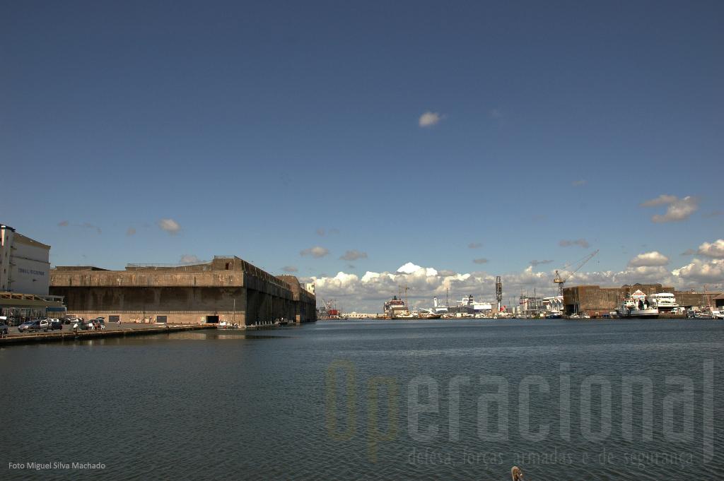 """A enorme """"doca/porto"""" de Saint-Nazaire: à direita a eclusa fortificada e à esquerda a base dos U-Boat alemães"""