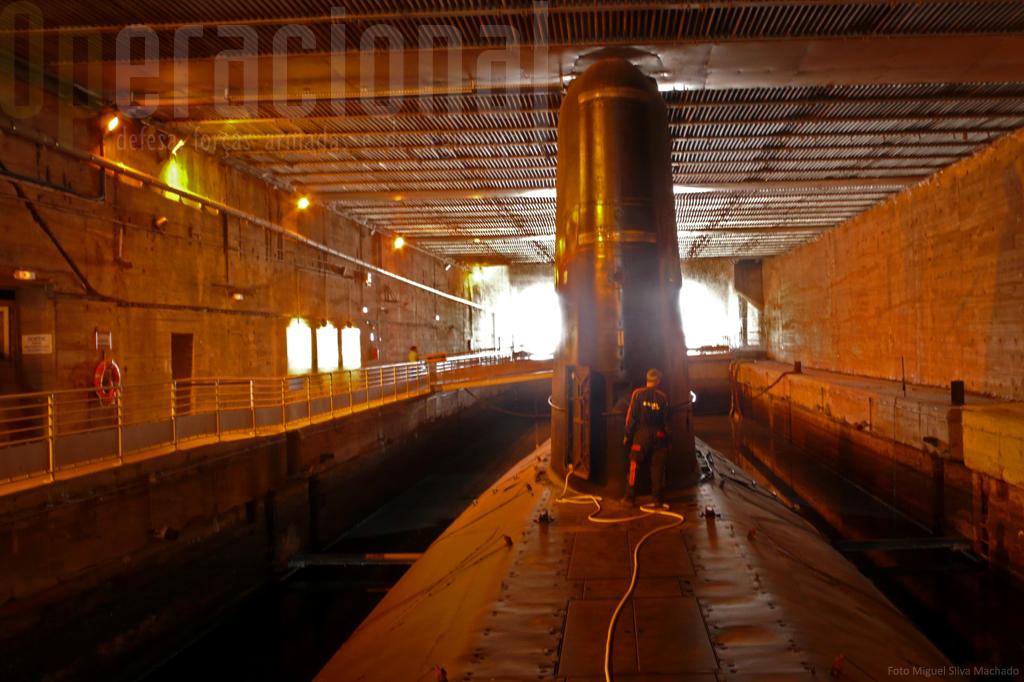 O submarino mesmo nesta situação de museu carece de manutenção diária.