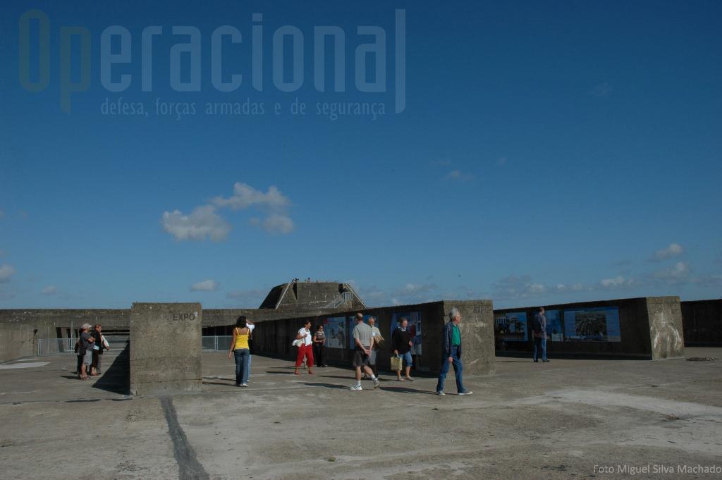 O terraço da base de submarinos, onde outrora a artilharia anti-aérea alemã estava instalada (e mais tarde a NATO manteve um centro radar), é hoje aproveitado para exposições. Nesta altura uma sobre a história de Saint-Nazaire.