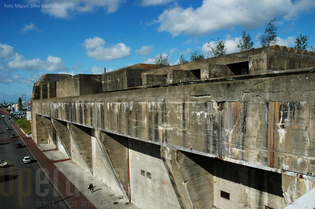 O sector da base virado para a cidade, mantém alguma paredes originias (na foto) e outras foram retiradas para dar acesso a infra-estruturas de apoio ao turismo.