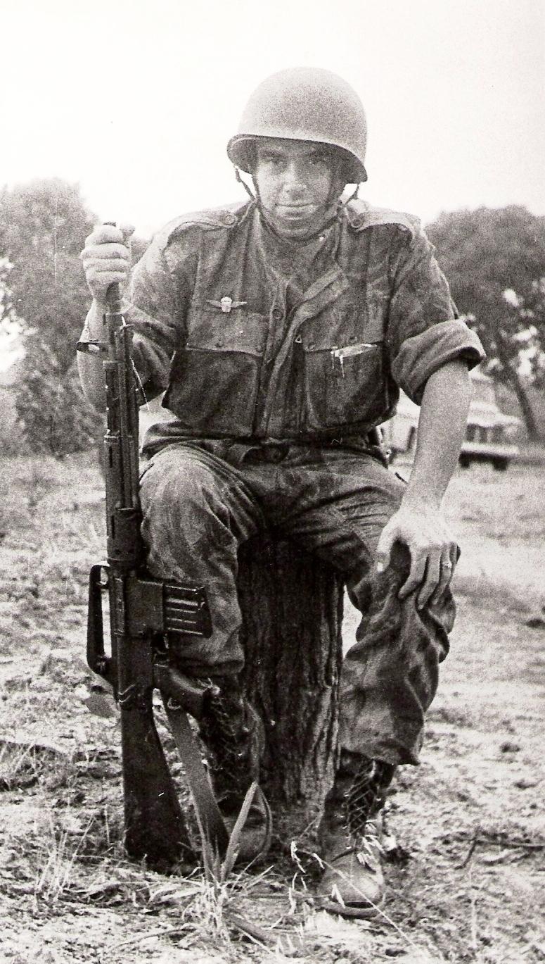 Oficial pára-quedista em uniforme camuflado. Note-se o uso do primeiro distintivo pára-quedista militar em metal. (Foto arquivo Miguel Machado e António Carmo)