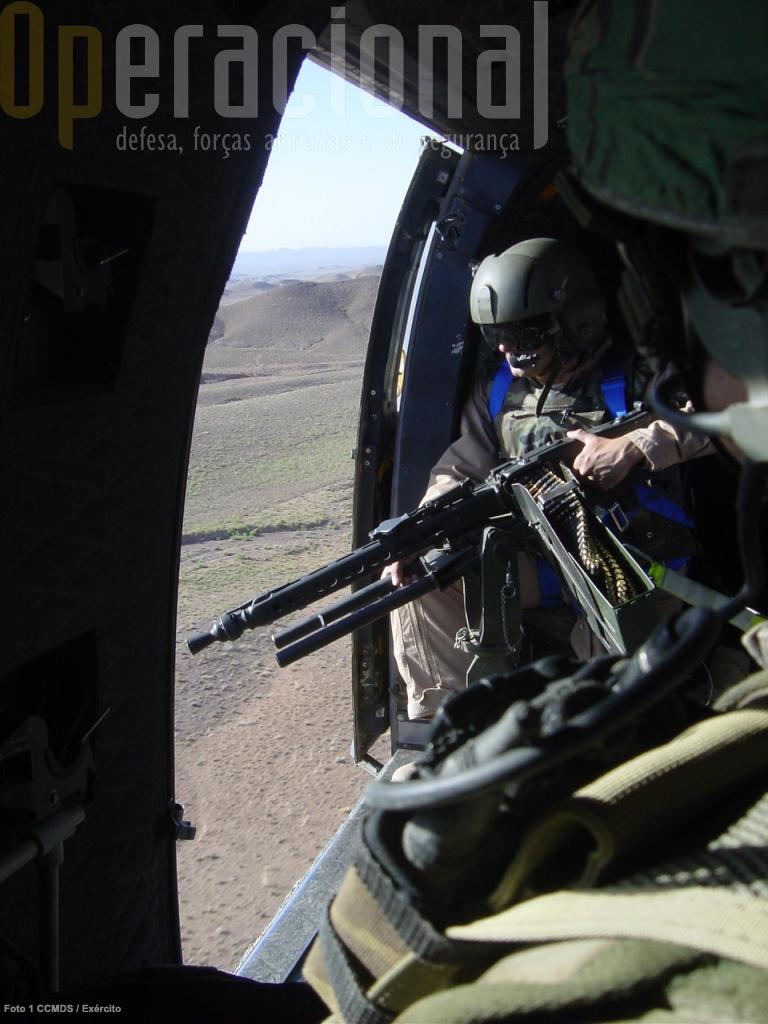 A atenção que os media ingleses dispensaram às questões dos materiais que o Exército Britânico dispõe no Afeganistão é exemplar para demostrar como a opinião pública pode contribuir para o seu reforço.