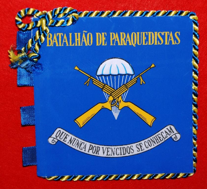 Miniatura do Guião do BATALHÃO DE CAÇADORES PÁRA-QUEDISTAS (BCP), célula-mater do pára-quedismo militar português organizado. (Col. do autor)