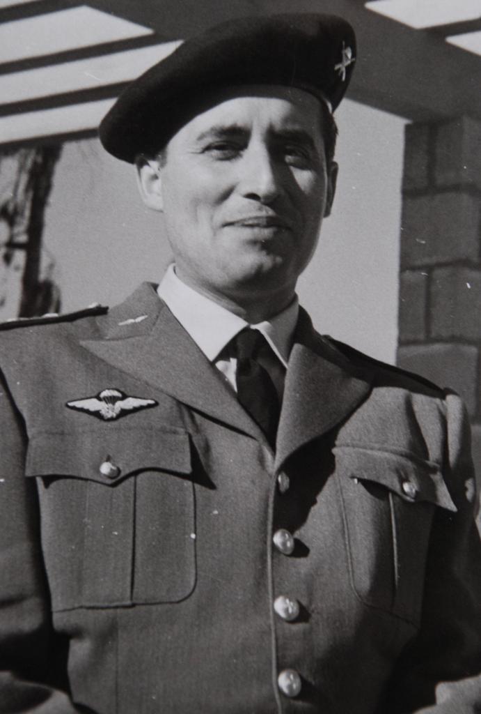 Capitão ARMINDO MARTINS VIDEIRA: pára-quedista militar português nº 1. (Foto arquivo Miguel Machado & António Carmo)