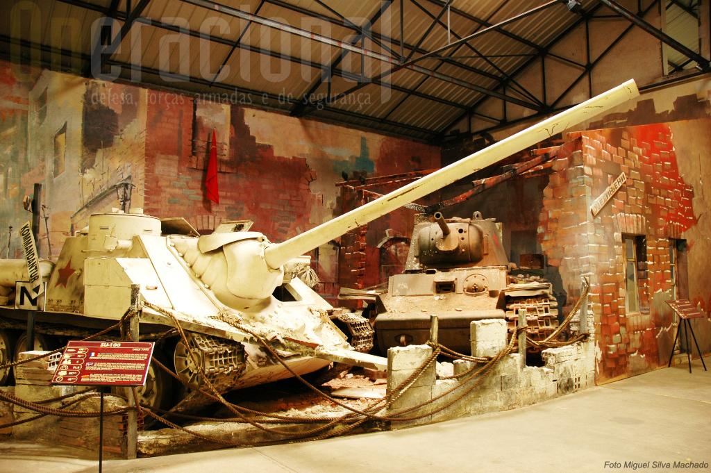 """""""Inverno 1943-44"""", um SU-100 e um KV-1 soviéticos em ambiente de combate urbano"""