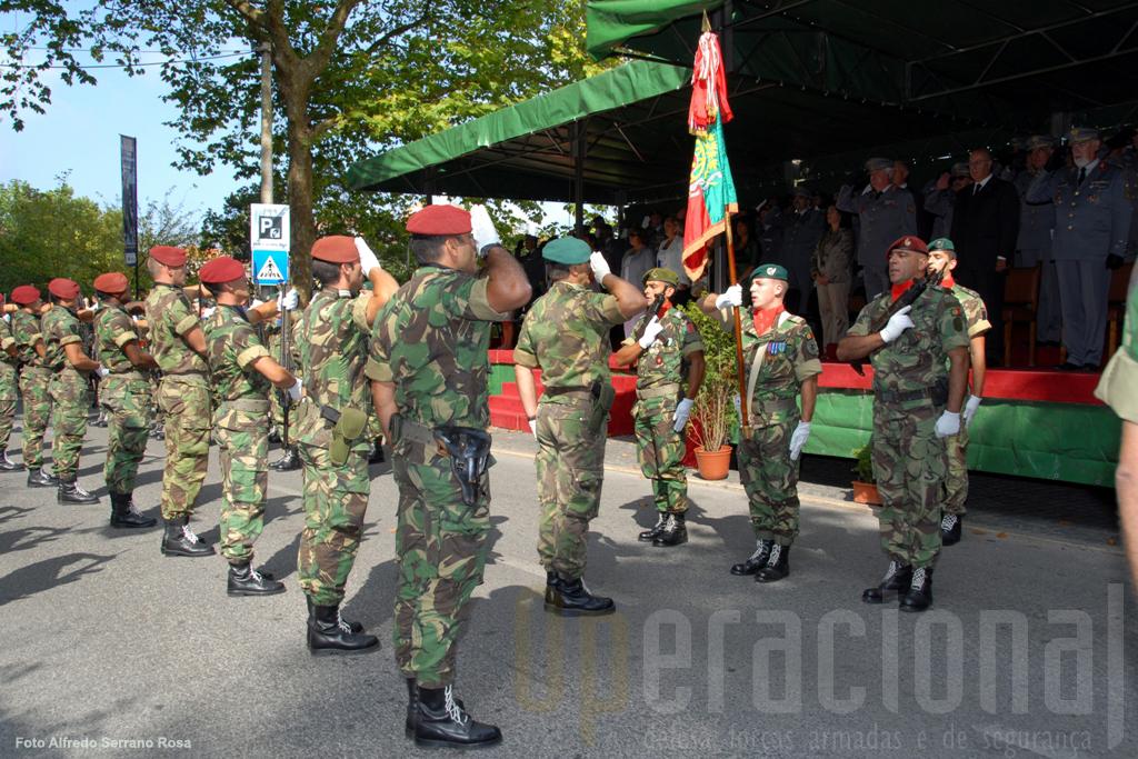 Inicio da cerimónia militar com a integração do Estandarte Nacional na formatura geral.
