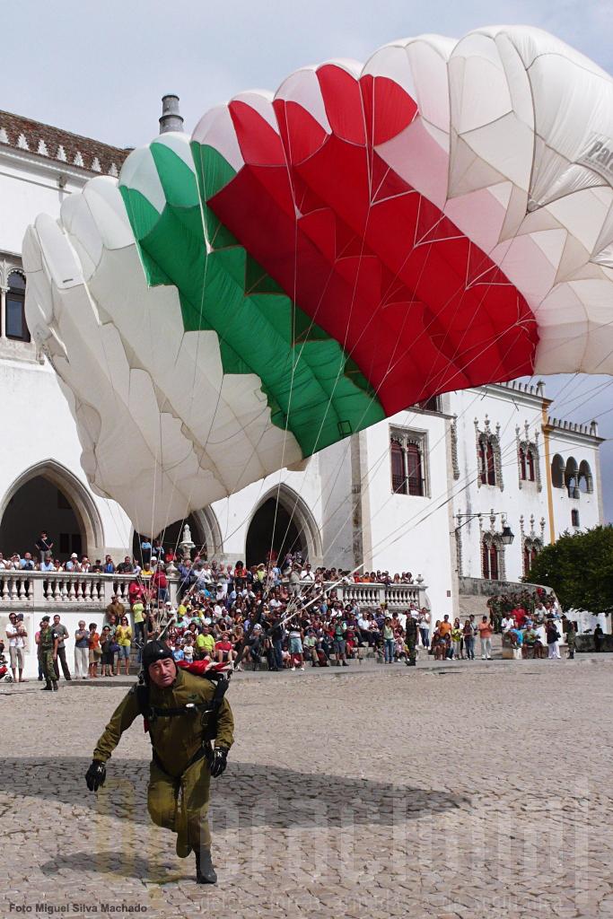 """O Sargento-Chefe Pára-quedista Lopes aterra junto ao """"Palácio da Vila"""". Sintrenses presentes garantiam que nunca para ali se havia saltado em pára-quedas"""