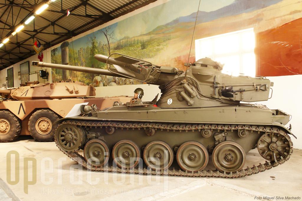 """O AMX 13 produzido em grandes quantidades e cujo rodado serviu de plataforma a muitas versões. Dezenas, das mais variadas, aguardam no exterior do museu a """"sua vez""""."""