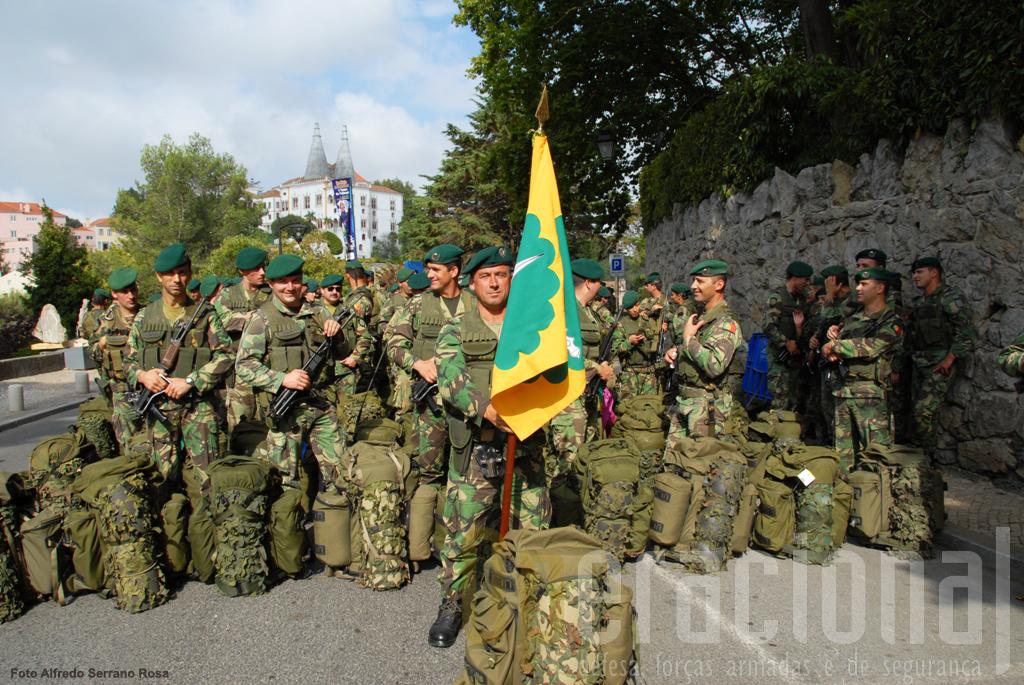 """Levantaram-se de madrugada mas reina a boa disposição antes do desfile! Militares do 1ª BIPara posam para a objectiva do reporter na """"Volta do Duche"""""""