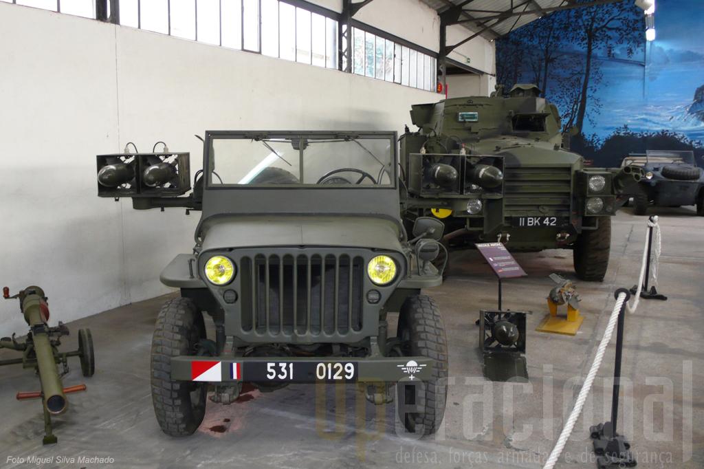 """Este """"Jeep"""" anti-carro está armado com misseis """"ANTAC"""" de 1958"""
