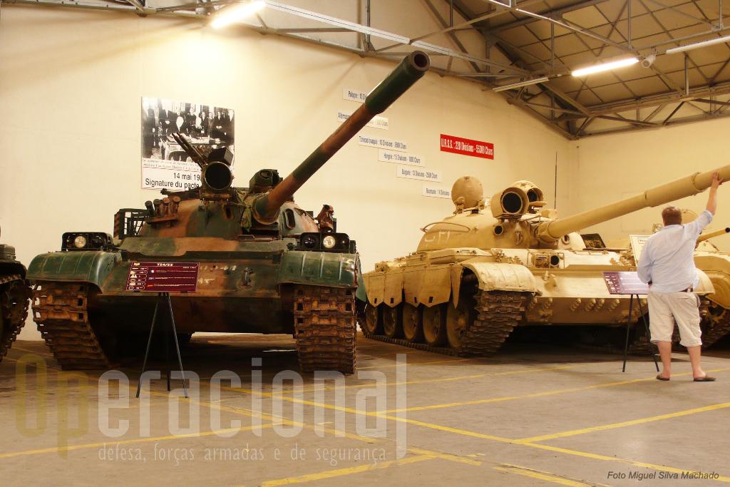 """O T-54/55 em primeiro plano foi """"recuperado"""" no final da Guerra do Golfo. Segue-se um T-62"""