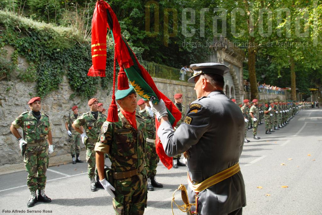 O Major-General Raúl Cunha procedeu à entrega do Estandarte Nacional ao Coronel Pára-quedista José Correia, comandante da OMLT.