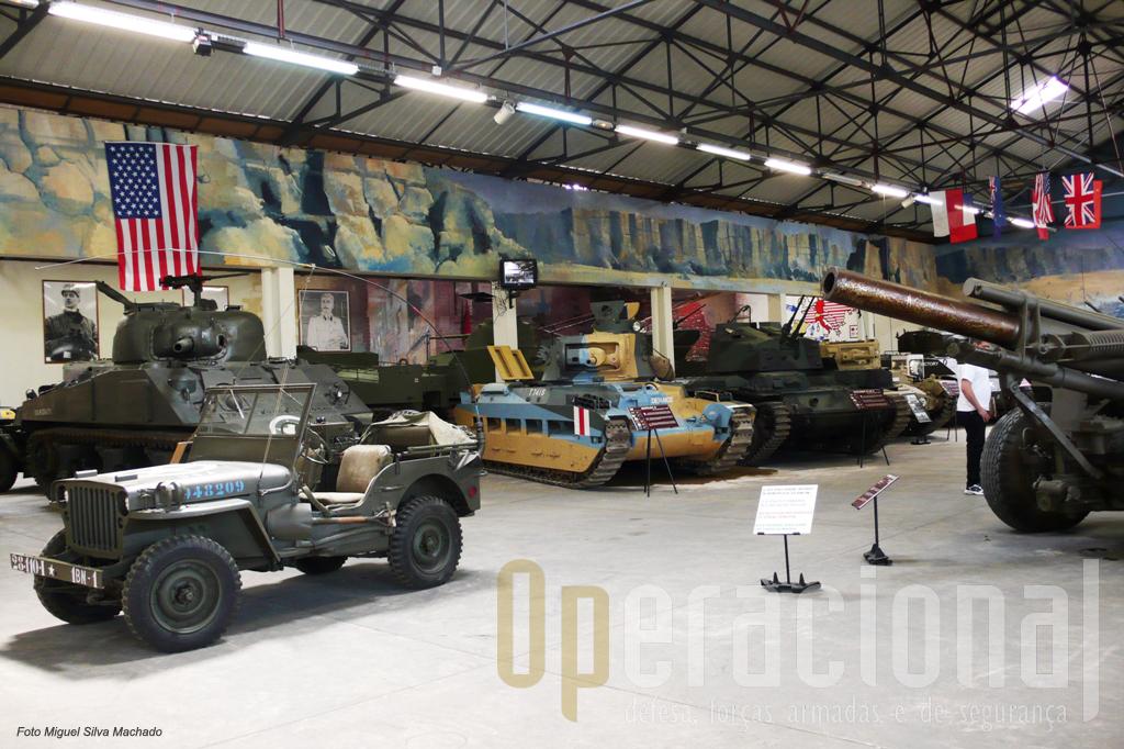 Vista geral da Sala Aliados da2ª Guerra Mundial. Aqui se encontram alguns carros de combate e outros materiais que também foram usados entre nós durante e depois do conflito mundial
